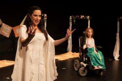 στιγμιότυπο από την παράσταση ηθοποιών με και χωρίς αναπηρία