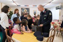 Οι Αστυνομικοί δίνουν τα δώρα στα παιδιά