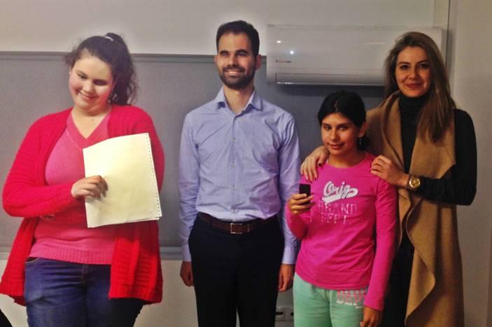 Ο Βαγγέλης Αυγουλάς με τα παιδιά από το μαθητικό ραδιόφωνο του ΚΕΑΤ