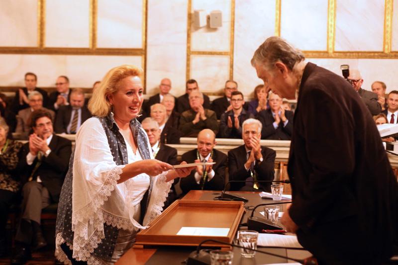 Η δασκάλα του Δημοτικού σχολείου των Αρκιών Μαρία - Φαίδρα Τσιαλέρα  (Α) παραλαμβάνει βραβείο από τον πρόεδρο της Ακαδημίας Αθηνών Αντώνιο Κουνάδη (Δ) στην φετινή  απονομή των βραβείων της Ακαδημίας Αθηνών στην πανηγυρική συνεδρία της Παρασκευής  21 Δεκεμβρίου 2018.