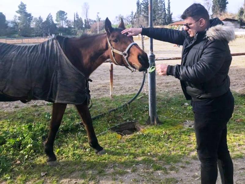 Ο Κώστας στον ιππικό όμιλο με άλογο