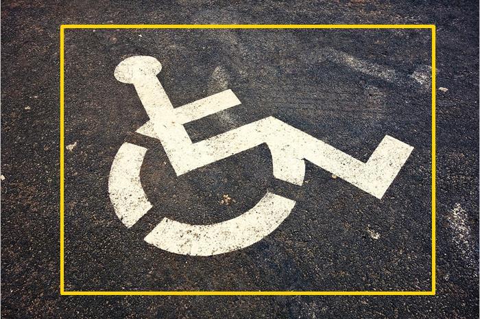 Αναπηρικό αμαξίδιο -σήμα ΑμεΑ στην άσφαλτο