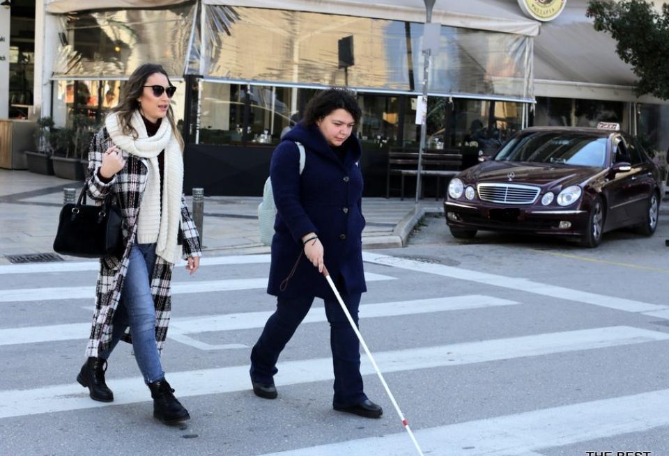 η Μαρίνα περπατάει με το λευκό μπαστούνι