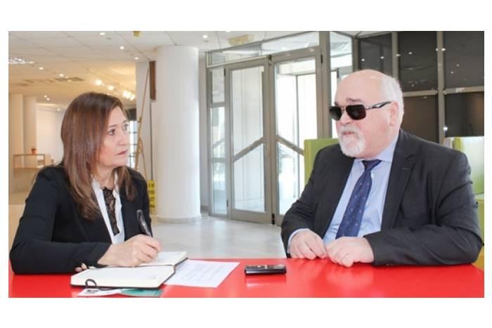 Ο πρόεδρος της Εθνικής Συνομοσπονδίας Ατόμων με Αναπηρία Ι. Βαρδακαστάνης, με τη δημοσιογράφο της «Ε» Λένα Κισσάβου