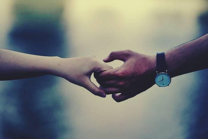 Χέρι πατέρα που κρατάει χέρι παιδιού