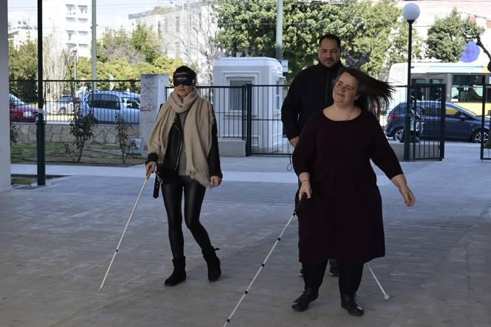 Η Χρυσέλλα, ο Γιάννης και η δημοσιογράφος η οποία φοράει μάσκα και κρατάει Λευκό Μπαστούνι