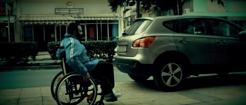 Στιγμιότυπο ανθρώπου με αμαξίδιο που βρίσκει μπροστά του παρκαρισμένο