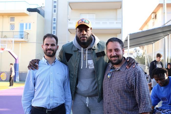 Ο Βαγγέλης και ο Κώστας με τον μπασκετμπολίτσα james Delroy