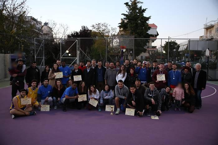Ομαδική φωτογραφία εθελοντών, αθλητών, διοργανωτών και παρευρισκόμενων