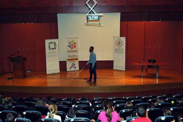 Ο Βαγγέλης Αυγουλάς σε σχολείο μιλάει στα παιδιά