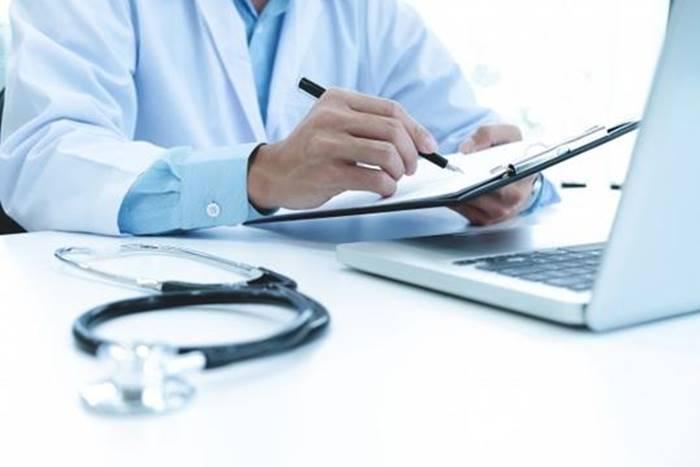 Γιατρός που γράφει φάρμακα