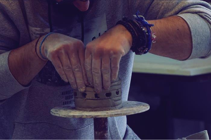 χέρια που φτιάχνουν κεραμεικό αντικέιμενο