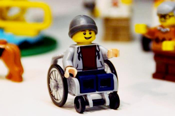 Φιγούρα lego σε αμαξίδιο