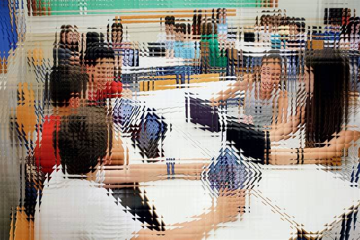 παιδιά με τάμπλετ σε αίθουσα σχολείου