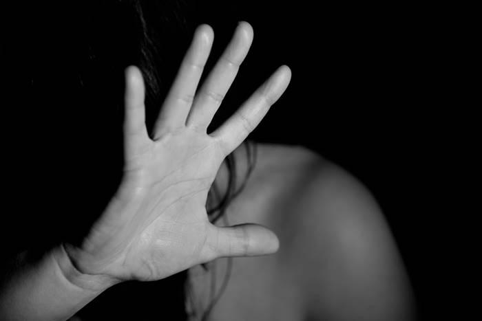 γυναικεία φιγούρα που απλώνει το χέρι της δείχνοντας στοπ