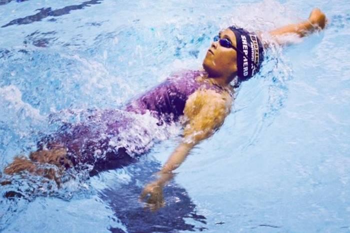 Η Χέιβεν Σέπερντ στην πισίνα