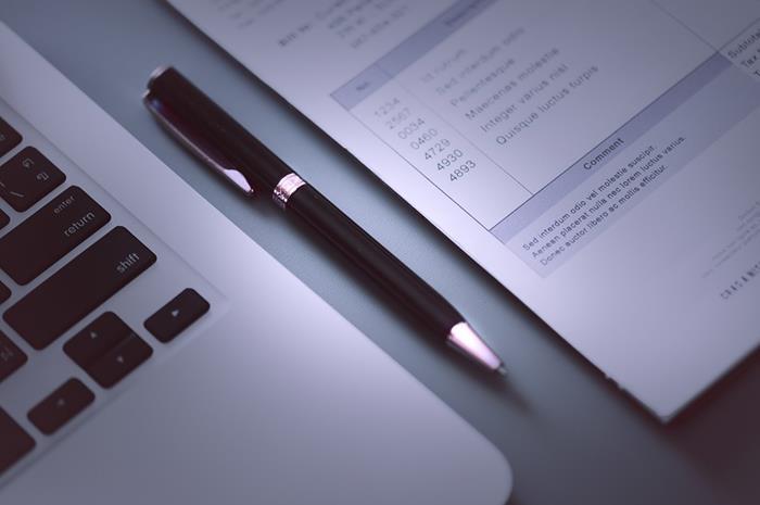 Λάπτοπ και αίτηση με στυλό