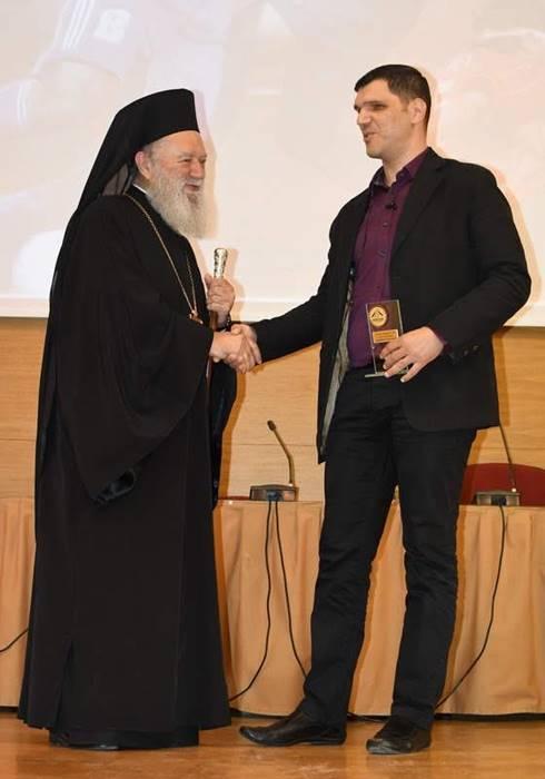 Ο Μητροπολίτης Χαλκίδας βραβεύει τον Δημήτρη Αμπατζή