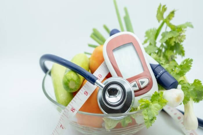 Μπολ με τρόφιμα, ταινίες και μηχάνημα μέτρησης διαβήτη