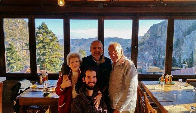 Ο Στέλιος Κυμπουρόπουλος με τον πατέρα του, Παναγιώτη, την μητέρα του, Μιρέλα και τον αδερφό του, Σπύρο