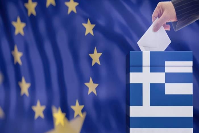 Χέρι που ρίχνει στην κάλπη φάκελο και πίσω η σημαία της Ευρωπαϊκής Ένωσης