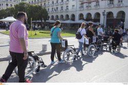 πολίτες παρκάρουν τα αμαξίδια
