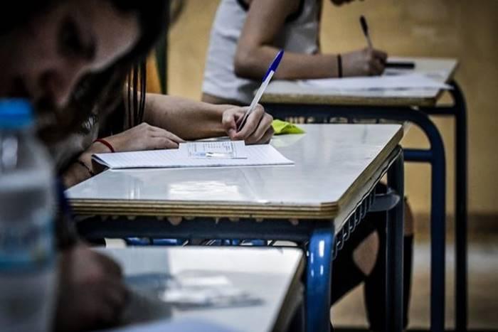 μαθητές στις εξετάσεις