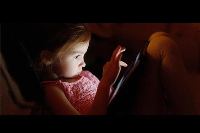 παιδί που βλέπει τάμπλετ