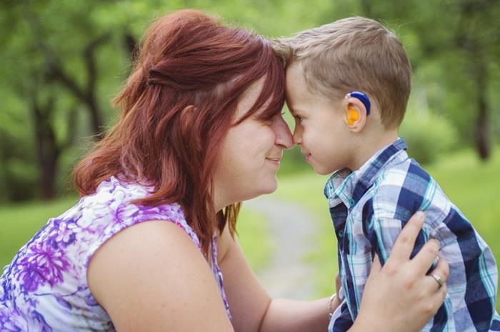 Κωφό παιδί με τη μητέρα του