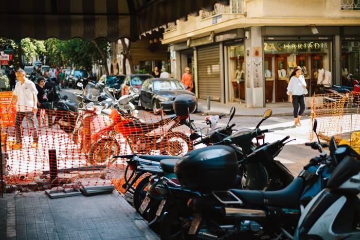Κλεισμένα πεζοδρόμια από έργα και παρκαρισμένα δίκυκλα