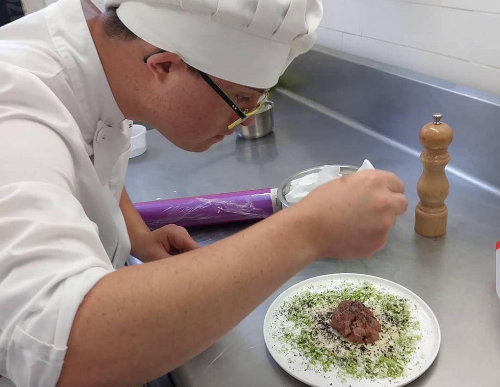εργαζόμενος φτιάχνει πιάτο