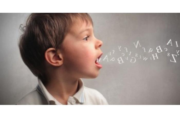 Παιδί που από το στόμα του βγαίνουν γράμματα