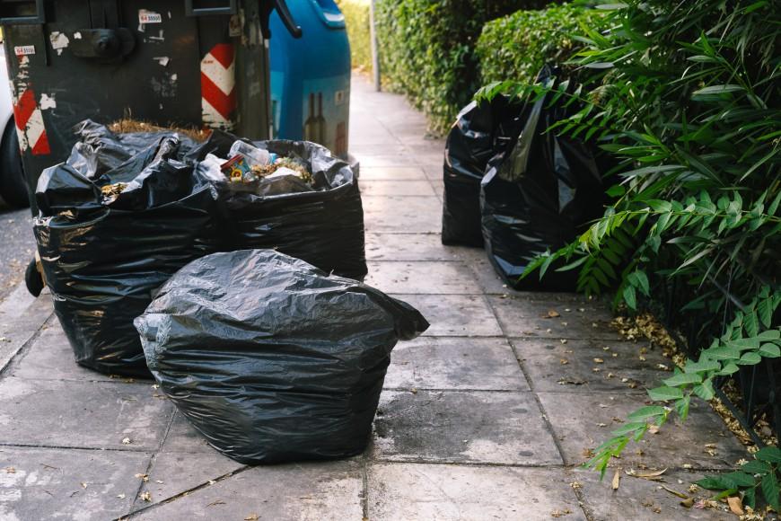 σκουπίδια που κλείνουν το πεζοδρόμια