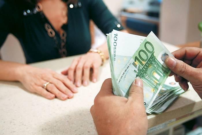 γυναίκα που είναι στο ταμείο και πληρώνετε