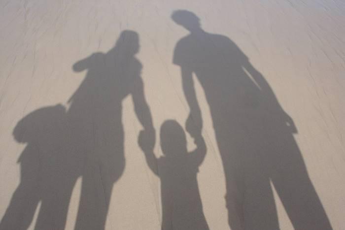 η σκιά δύο γονιών και ενός παιδιού