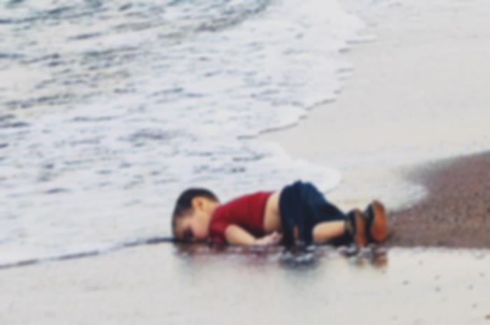 Παιδί στην ακτή της Θάλασσας πεθαμένο