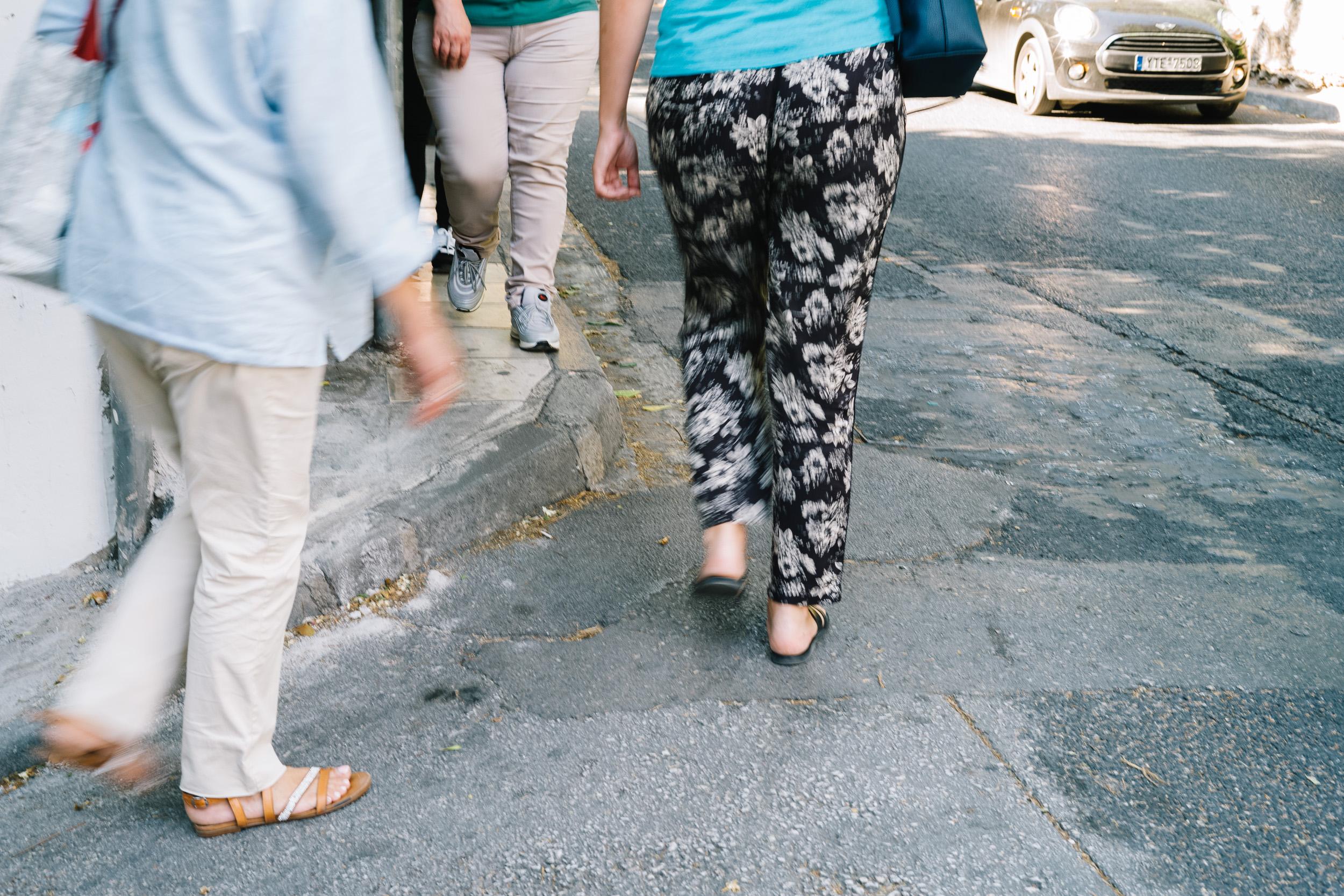 πεζοί που αναγκαστικά περπατούν στο δρόμο γιατί τα πεζοδρόμια είναι πολύ μικρά