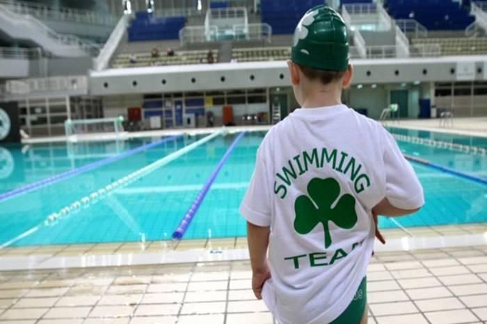 παιδί μπροστά στην πισίνα με μπλούζα παναθηναϊκού