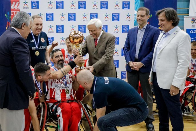Ο Πρόεδρος της Δημοκρατίας δίνει το Κύπελλο στο Μιχάλη Χατζηδημητρίου