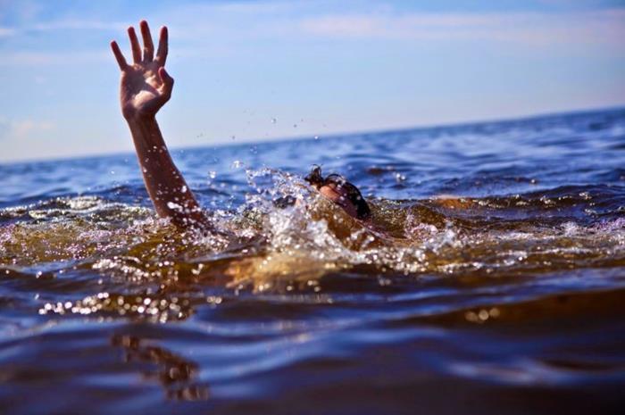 άνθρωπος στη θάλασσα που πνίγεται