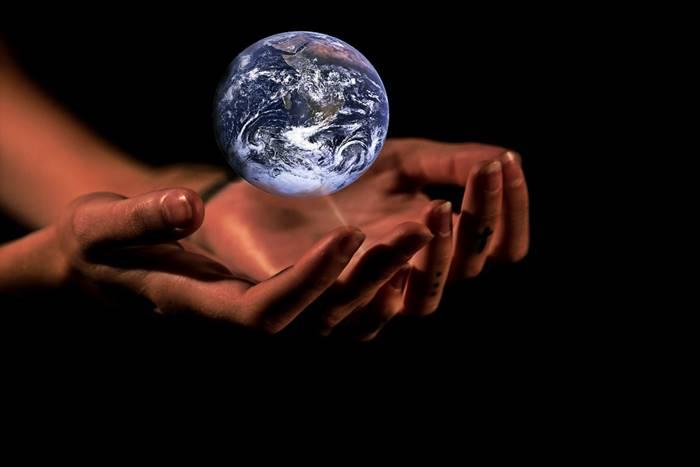 Γυναικεία χέρια που κρατάνε τονπλανήτη