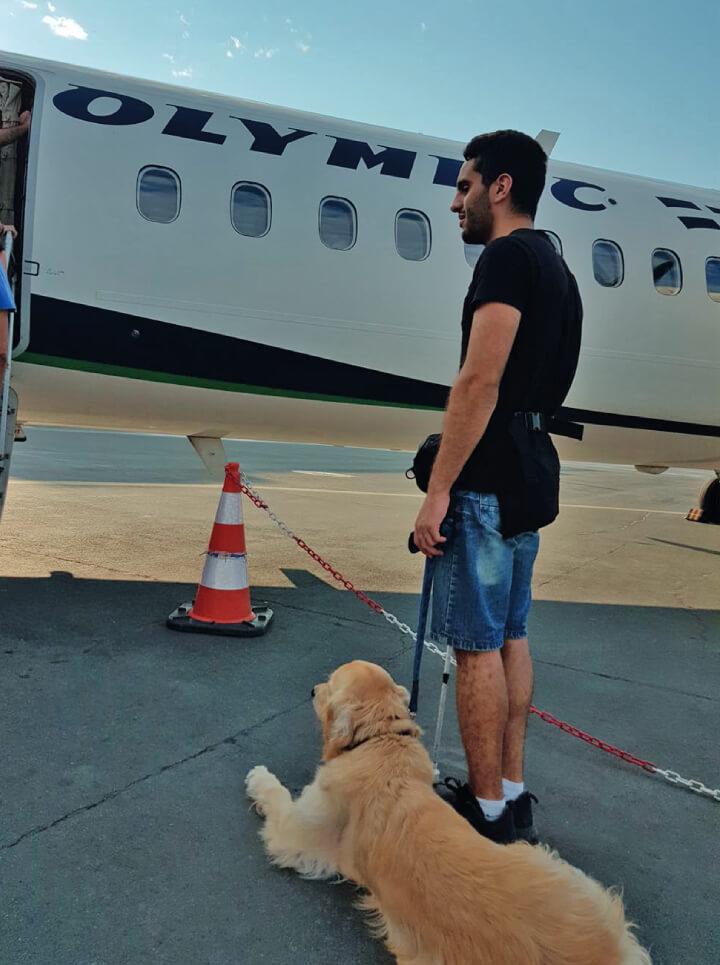 Σκύλος οδηγός με τυφλό άντρα στο αεροδρόμιο