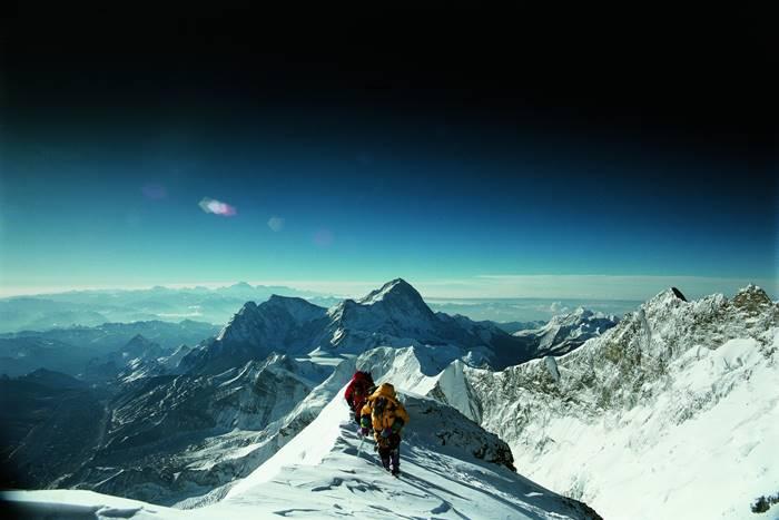 Δύο άνθρωποι περπατάνε προς την κορυφή του Έβερεστ