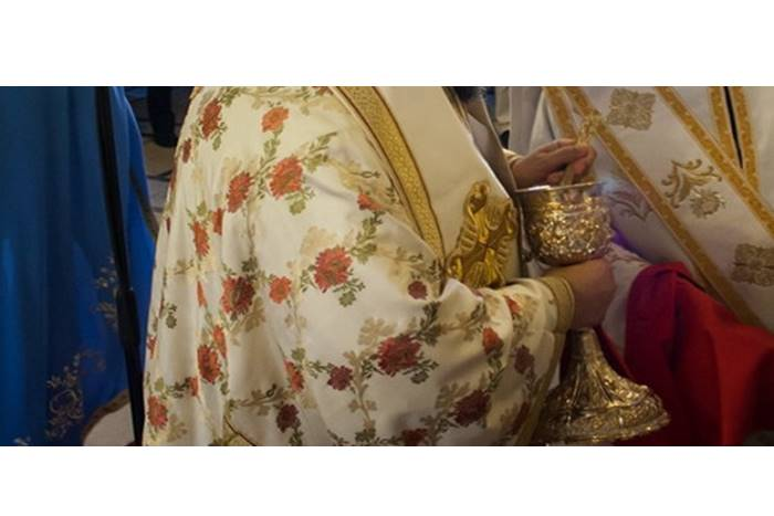 ιερέας με κοινωνία