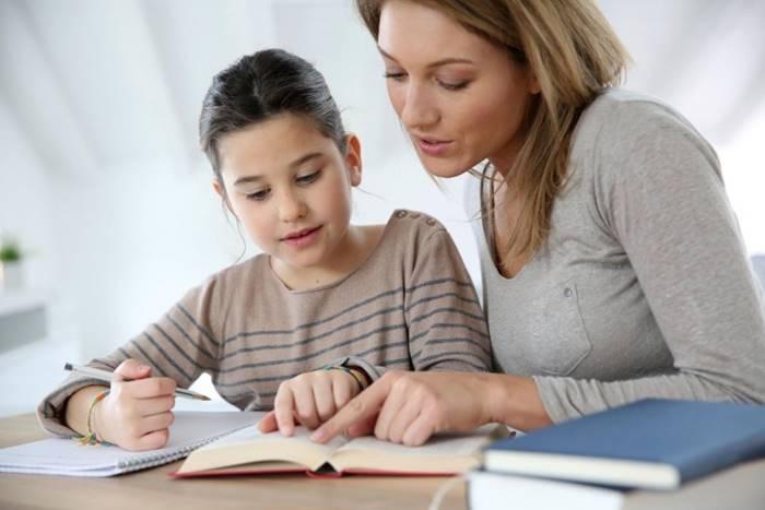 μητέρα με την κόρη της διαβάζουν