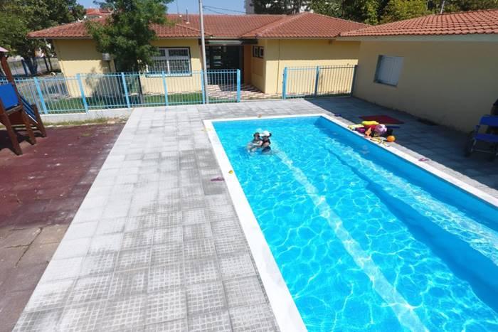 πισίνα αποκατάστασης σε ειδικό σχολείο στο Κιλκίς, μέσα εκπαιδευτής με παιδί