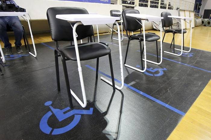 καθίσματα και σήμα ΑμεΑ στο πάτωμα σε εσωτερικό χώρο