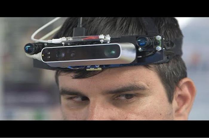 Ο Καταλίν με συσκευή που δίνει αίσθηση του χώρου