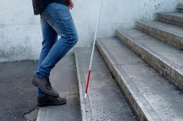 τυφλός άντρας με λευκό μπαστούνι