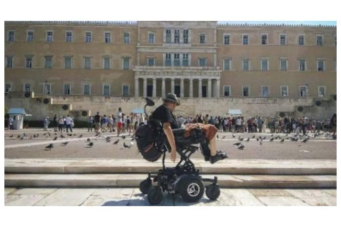 αναπηρικό αμαξίδιο έξω από τη βουλή των Ελλήνων